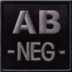 Groupe sanguin AB négatif brodé sur tissu noir