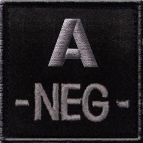 Groupe sanguin A négatif brodé sur tissu noir